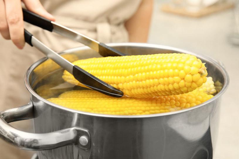 Odrobina cukru lub mleka dodana do gotowania sprawi, że kukurydza będzie miękka /123RF/PICSEL