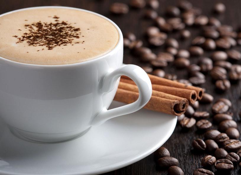Odrobina cynamonu złagodzi gorycz kawy /123RF/PICSEL
