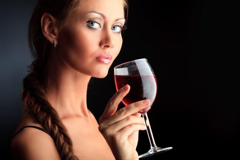 Odrobina wina rozgrzeje każdą kobietę. Zawsze /123RF/PICSEL