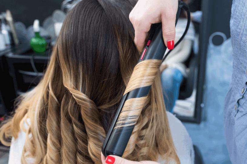 Odrobina wprawy i loki będą jak od fryzjera /123RF/PICSEL