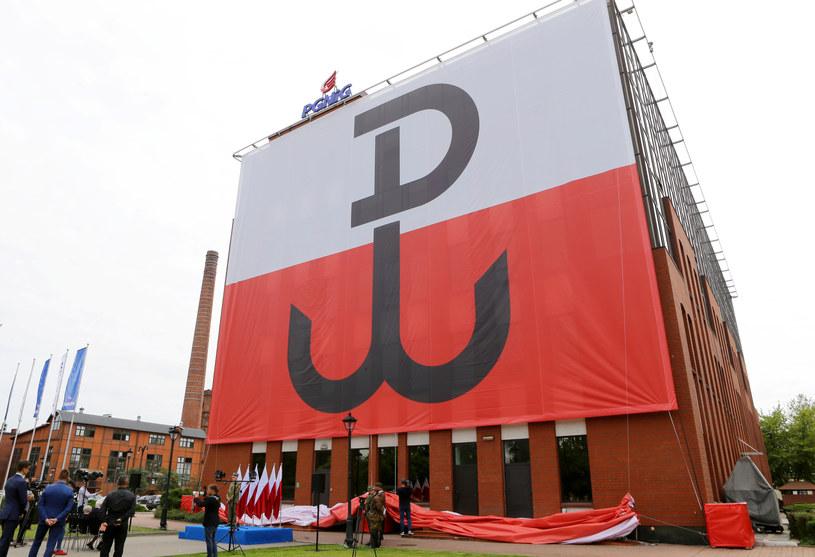 Odsłonięcie podświetlanej flagi z symbolem Polski Walczącej na terenie Gazowni Warszawskiej przy ul. Kasprzaka /East News