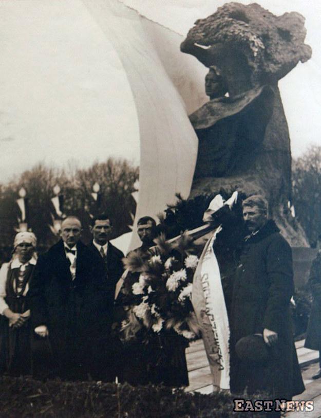 Odsłonięcie pomnika Fryderyka Chopina w warszawskich łazienkach - 14 listopada 1926 r. /East News