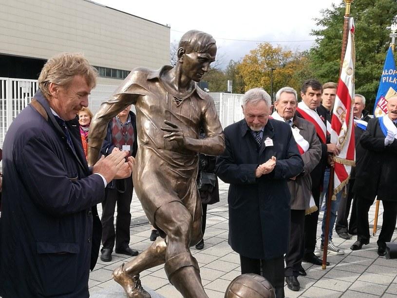 Odsłonięcie pomnika Józefa Kałuży przed stadionem Cracovii - Zbigniew Boniek (z lewej), prezes PZPN-u, i Jacek Majchrowski, prezydent Krakowa /Paweł Pieprzyca /INTERIA.PL