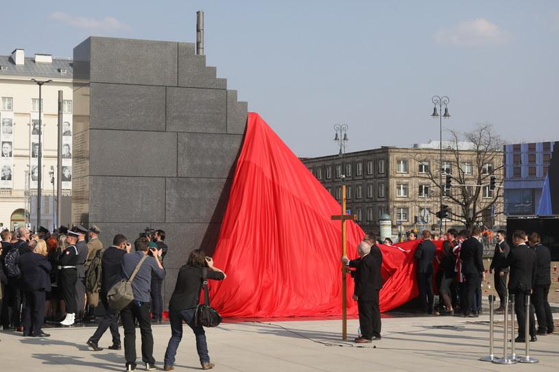 Odsłonięcie pomnika ofiar katastrofy smoleńskiej autorstwa Jerzego Kaliny /Paweł Supernak /PAP