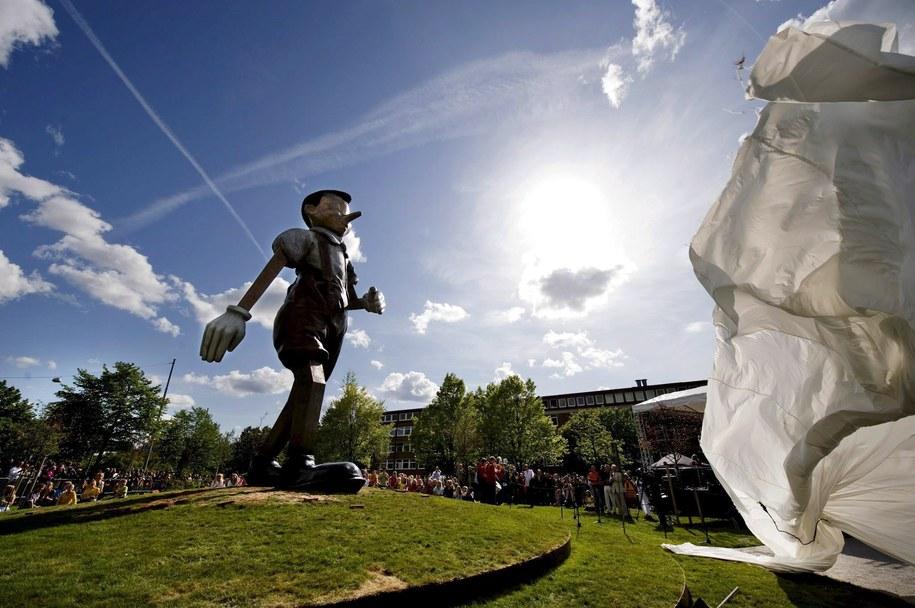 Odsłonięcie rzeźby przedstawiającej Pinokia w szwedzkim Boras /ADAM IHSE /PAP/EPA