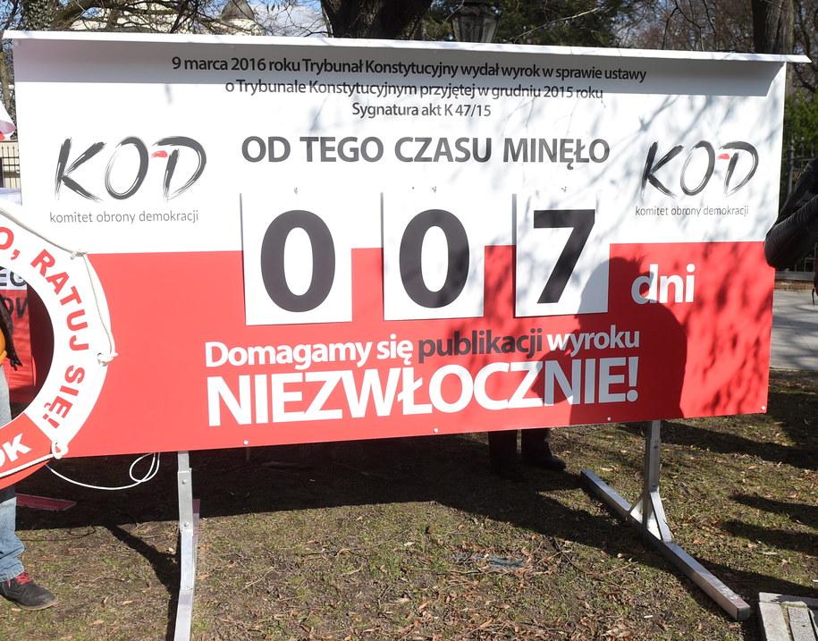 Odsłonięty przez KOD licznik, który podaje, ile dni czeka na publikację wyrok Trybunału Konstytucyjnego z 9 marca /Radek Pietruszka /PAP