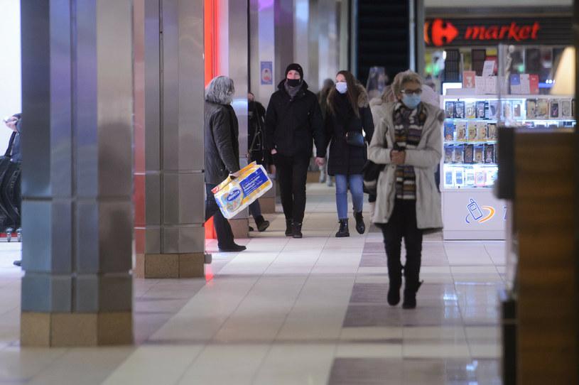 Odwiedzalność centrów handlowych w pierwszym tygodniu po zakończeniu trzeciego lockdownu była o ok. 20 proc. niższa w porównaniu do pierwszego tygodnia lutego ubiegłego roku /Zbyszek Kaczmarek /Reporter