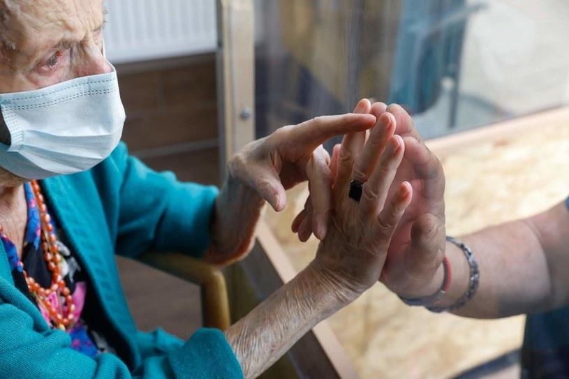 Odwiedziny bliskich w jednym z belgijskich domów opieki /AFP