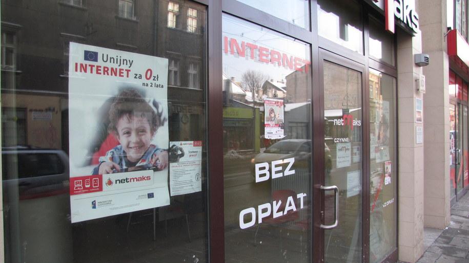 Oferta na drzwiach krakowskiej siedziby firmy NetMaks /Maciej Grzyb /RMF FM