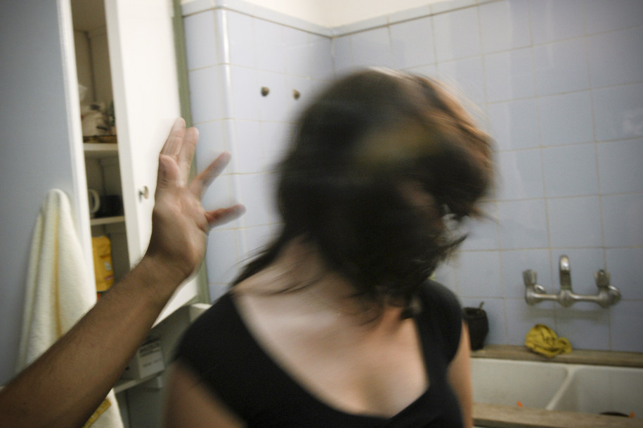 Ofiarą przemocy pada co trzecia kobieta /Federico Gutierrez /PAP/EPA
