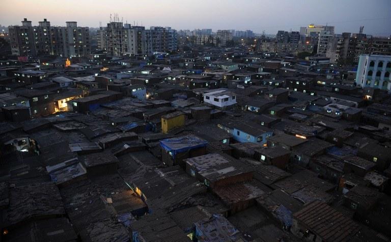 Ofiarami skażonego alkoholu są mieszkańcy slumsów /PUNIT PARANJPE / AFP /AFP