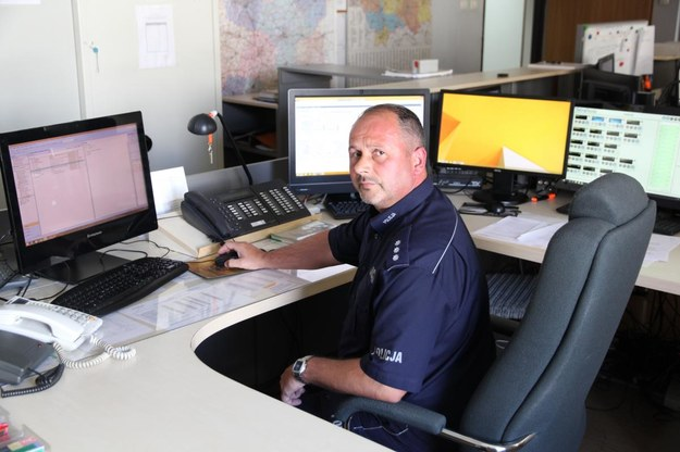 Oficer dyżurny kom. Paweł Ciuruś zdając sobie sprawę, że mężczyźnie należy jak najszybciej udzielić fachowej pomocy, błyskawicznie skontaktował się z Biurem Międzynarodowej Współpracy Policji /foto. Policja /