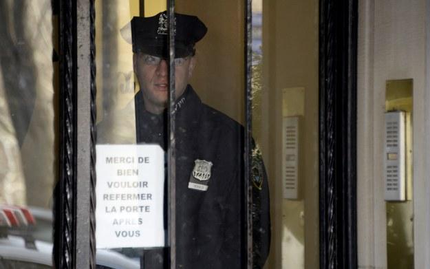 Oficer policji we francuskim konsulacie w Nowym Jorku /JUSTIN LANE /PAP/EPA