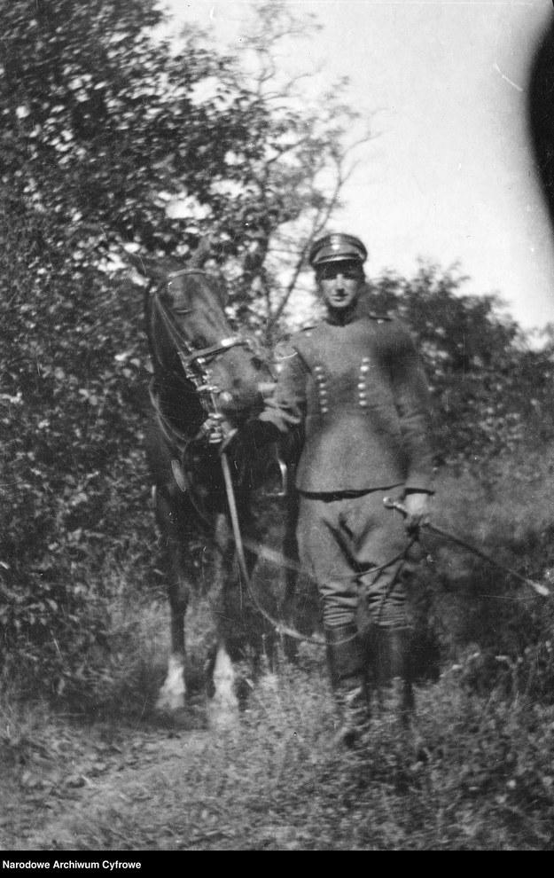 Oficer Szwadronu Przybocznego z koniem /Z archiwum Narodowego Archiwum Cyfrowego