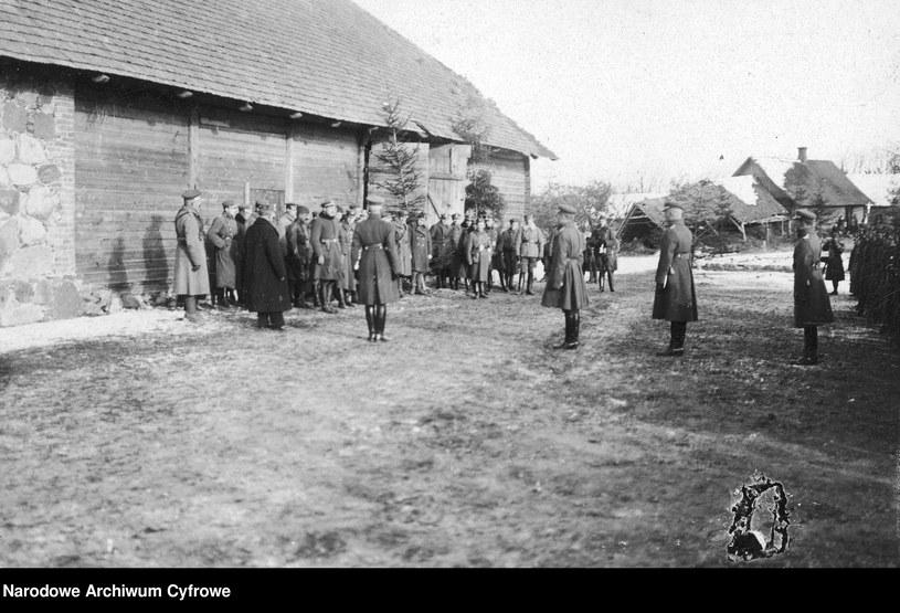 Oficerowie i żołnierze Wojska Polskiego, zdjęcie pochodzi z okresu 1918-1921 r. /Z archiwum Narodowego Archiwum Cyfrowego