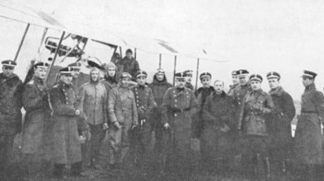 Oficerowie, instruktorzy szkoły w podpoznańskiej Ławicy /Wikimedia Commons /materiały prasowe
