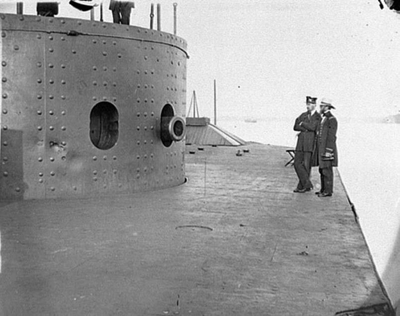 """Oficerowie oglądają uszkodzenia USS """"Monitor"""" po bitwie na Hampton Roads /US Navy Archives /INTERIA.PL/materiały prasowe"""
