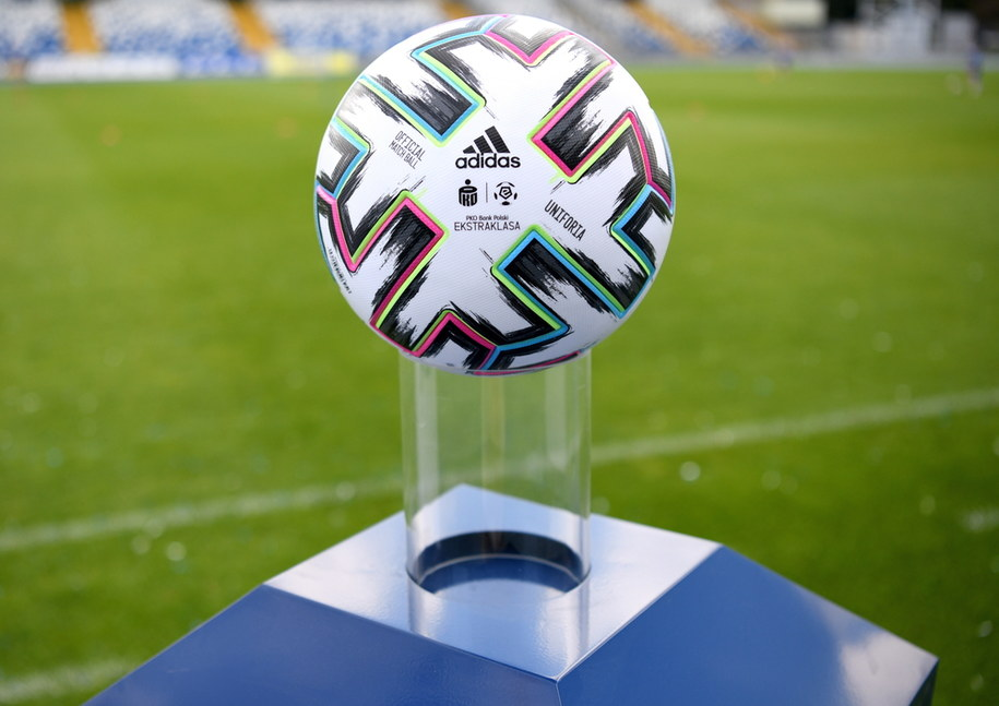 Oficjalna piłka Ekstraklasy SA zaprezentowana w czwartek w Mielcu /Darek Delmanowicz /PAP