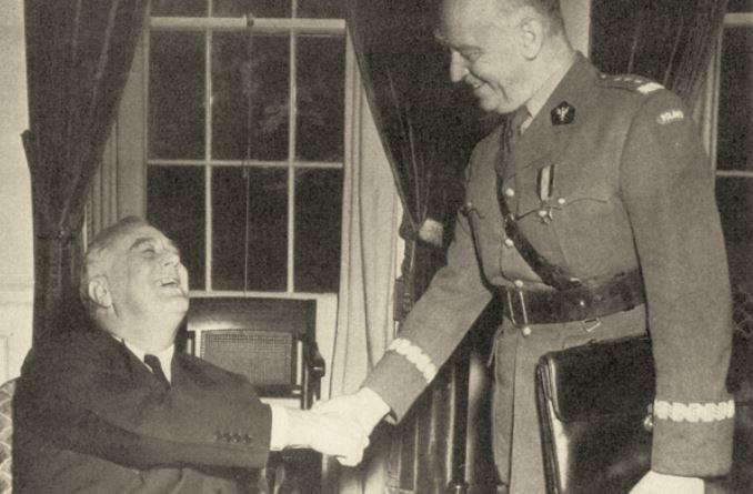 """Oficjalnie Roosevelt był oczarowany i podziwiał Sikorskiego. Jednak w czasie spotkań naciskał by premier """"odpowiednio się zachowywał wobec Rosji"""" /Wikimedia Commons /INTERIA.PL/materiały prasowe"""