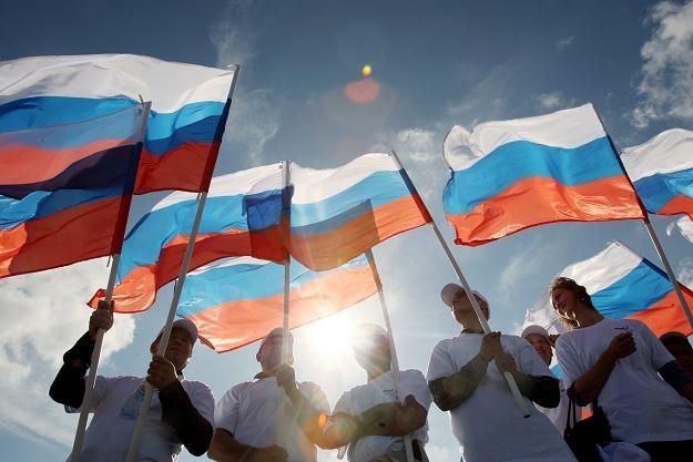 Oficjalnie władze w Moskwie starają się bagatelizować spadki cen ropy /AFP