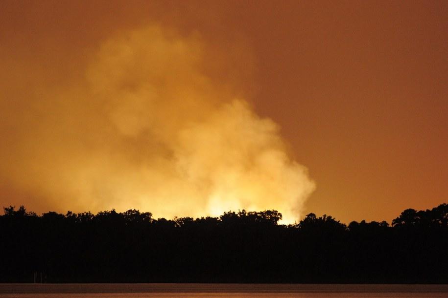Ogień było widać z odległości kilku kilometrów /SCOTT A. MILLER /PAP/EPA