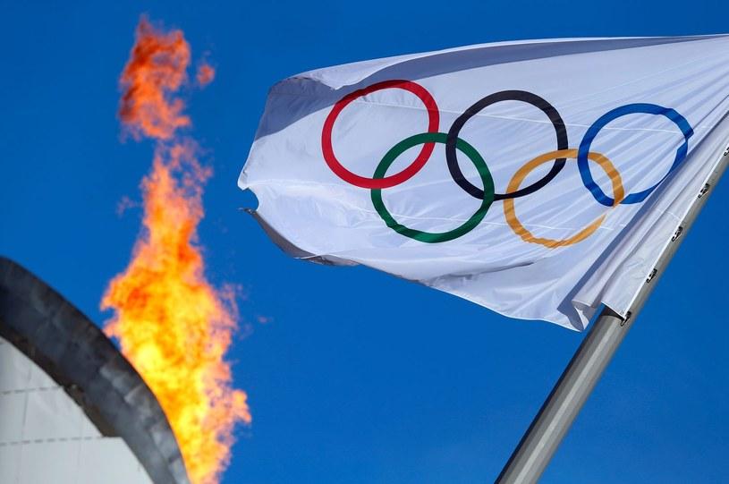 Ogień i flaga olimpijska /AFP