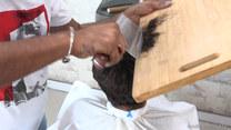 Ogień oraz cięcie tasakiem. Unikatowy styl pracy pakistańskiego fryzjera