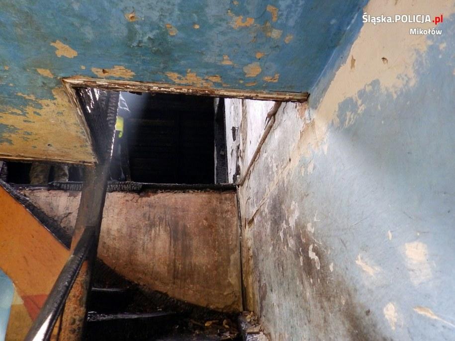 Ogień pojawił się w jednym z mieszkań na poddaszu /KPP Mikołów /