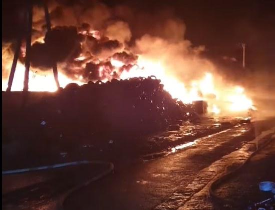 Ogień zajął dużą część składowiska opon /OSP Unisław