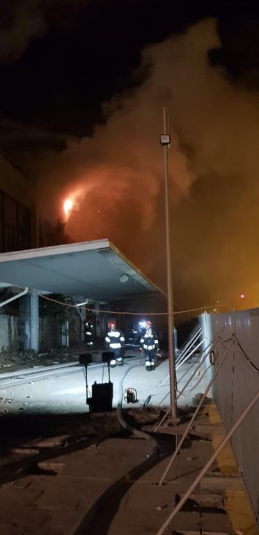 Ogień zaprószony został przez robotników pracujących przy przebudowie budynku /foto. Straż Pożarna /