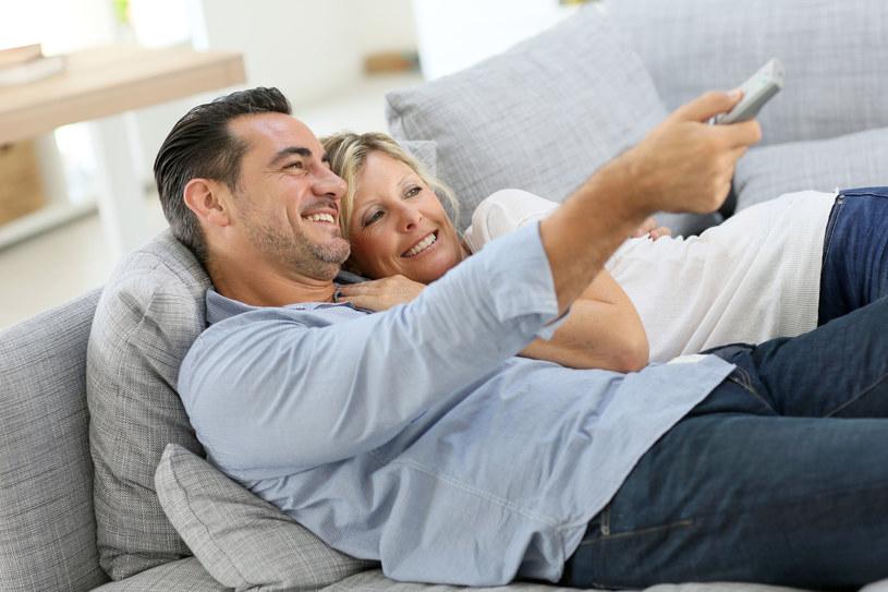 Oglądaj telewizję przy włączonym świetle /123RF/PICSEL