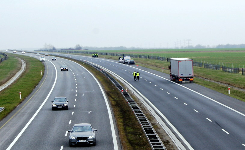 Oględziny na autostradzie A4 w okolicach Lewina Brzeskiego /pt. Opolskie /PAP