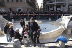 Oględziny zdewastowanej przez pseudokibiców fontanny w Rzymie.