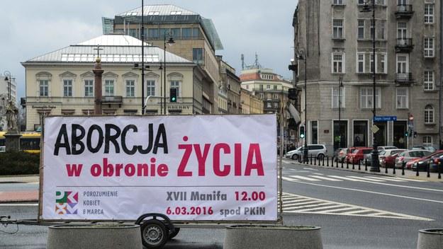 Ogłoszenie hasła XVII Manify warszawskiej przed Kościołem na pl. Trzech Krzyży. /PAP/Jakub Kamiński  /PAP