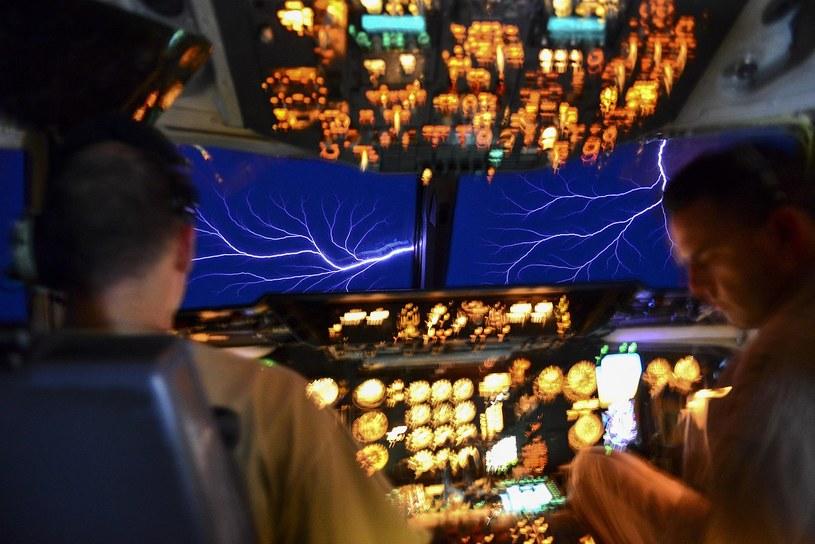 Ognie św. Elma widoczne z kokpitu samolotu KC-10 /Wikipedia