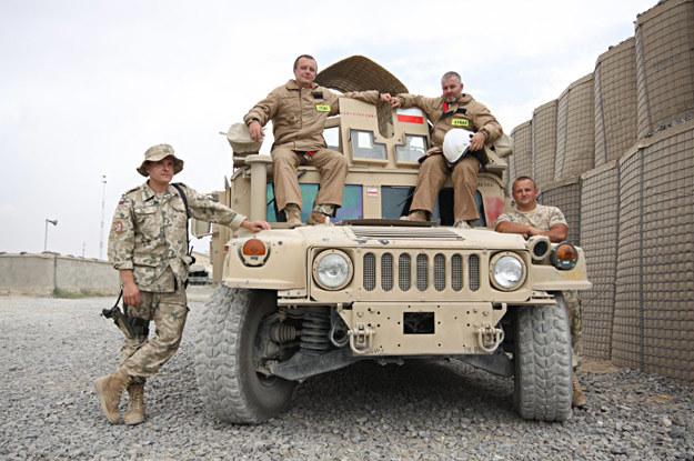 """""""Ognioodporni"""" przy Hummerze wyposażonym w agregaty proszkowe /fot. Artur Weber/PKW Afganistan /"""