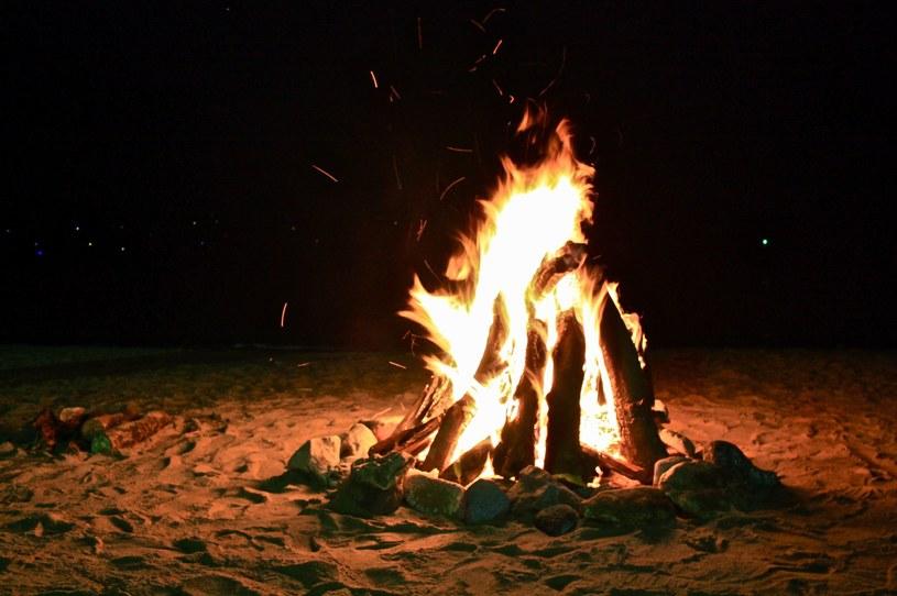 Ognisko na plaży nocą; zdj. ilustracyjne /123RF/PICSEL