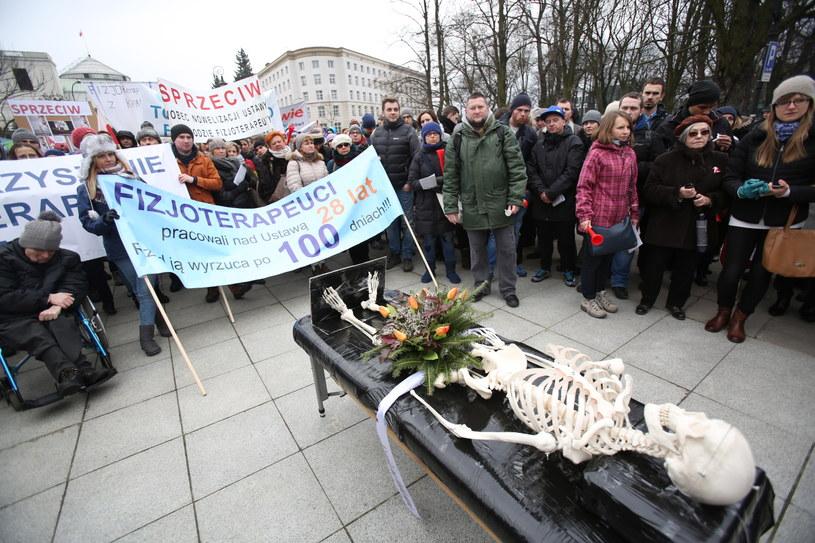 Ogólnopolski protest fizjoterapeutów i pacjentów przeciwko nowelizacji ustawy o zawodzie fizjoterapeuta /Leszek Szymański /PAP