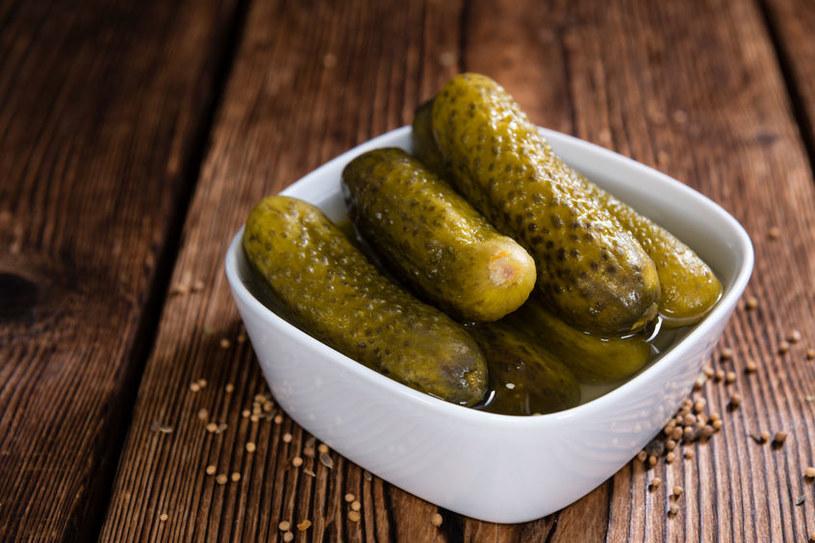 Ogórki małosolne najbardziej popularne są latem, kiedy warzywa są świeże /123RF/PICSEL