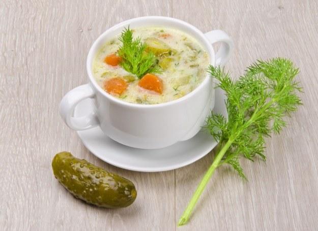 Ogórkowa - jedna z ulubionych zup Polaków /123RF/PICSEL