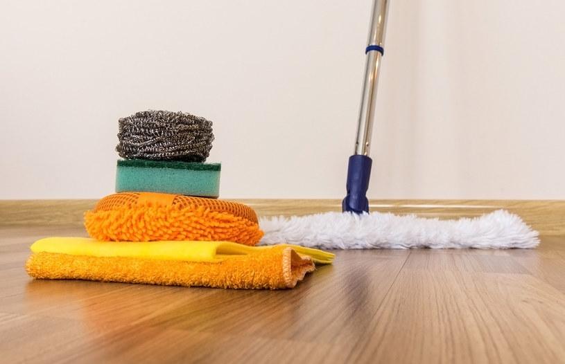 Ograniczaj kontakt drewnianej, nawet lakierowanej, podłogi z wodą do minimum /123RF/PICSEL