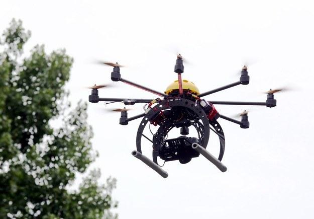 Ograniczenia w lataniu dronami mają pojawić się latem. /Tomasz Gzel /PAP