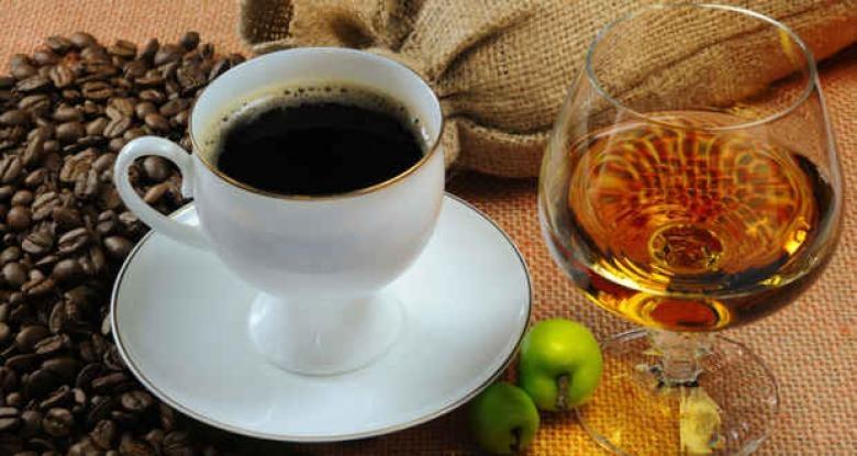 Ograniczenie alkoholu i kawy /© Photogenica