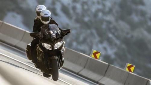 Ograniczenie prędkości dla motocyklisty z małym pasażerem /Yamaha