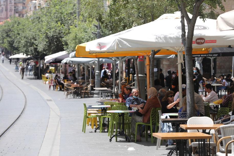 Ogródki kawiarniane w Jerozolimie /ABIR SULTAN /PAP/EPA