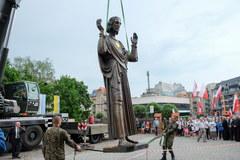 Ogromna figura Chrystusa trafiła do Poznania