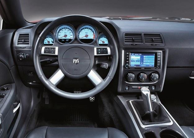 Ogromna kierownica i wnętrze żywcem z lat 90. dotrwały do 2015 r. – obecnie są już inne. /Dodge