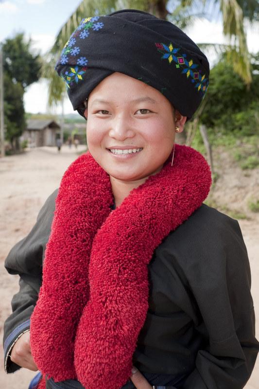 Ogromne turbany i eleganckie czerwone kołnierze przy płaszczach to znak rozpoznawczy kobiet Yao  /© Panthermedia