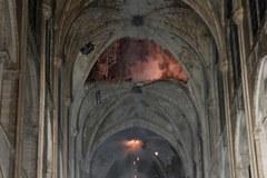 Ogromne zniszczenia katedry Notre Dame