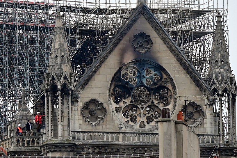 Ogromne zniszczenia po pożarze /LIONEL BONAVENTURE  /AFP